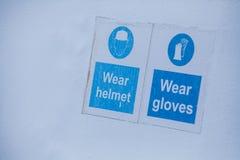 Vestir imperativo dos capacetes e das luvas imagens de stock