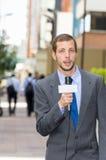 Vestir masculino profissional atrativo do repórter da notícia Foto de Stock Royalty Free