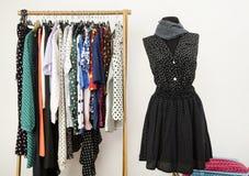 Vestire il gabinetto con i vestiti dei pois ha sistemato sui ganci e su un'attrezzatura su un manichino. fotografia stock libera da diritti