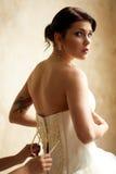 Vestire la sposa con il tatuaggio Fotografie Stock
