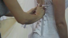 Vestire sposa nel salone di nozze video d archivio