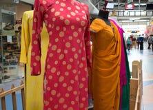 Vestiti al centro commerciale internazionale del villaggio Fotografia Stock Libera da Diritti