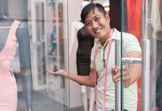 Vestiti asiatici di modo del negozio del sarto di benvenuto dell'uomo Fotografia Stock