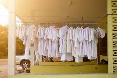 Vestiti bianchi asciutti Fotografie Stock Libere da Diritti