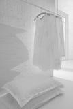 Vestiti bianchi nella stanza bianca Fotografie Stock