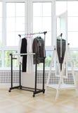Vestiti in bianco e nero femminili su una barretta e su uno specchio Fotografie Stock Libere da Diritti