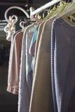 Vestiti casalinghi tricottati dei colori differenti che appendono su un gancio Immagine Stock Libera da Diritti