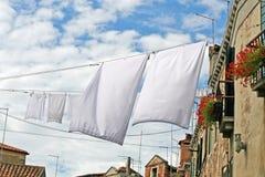 Vestiti che appendono fuori per asciugarsi Fotografia Stock Libera da Diritti