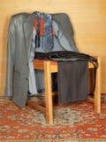 Vestiti che appendono su una vecchia presidenza Fotografia Stock Libera da Diritti