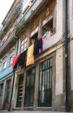 Vestiti che appendono sul clothesline Fotografie Stock