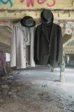 Vestiti che appendono in una costruzione abbandonata Fotografia Stock Libera da Diritti