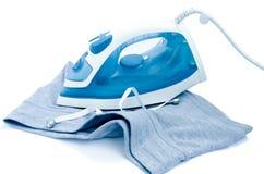 Vestiti che rivestono di ferro su un fondo bianco Fotografie Stock Libere da Diritti