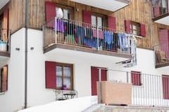 Vestiti che si asciugano su un balcone in Italia Immagini Stock Libere da Diritti