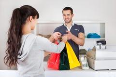 Vestiti d'acquisto del cliente in negozio Fotografia Stock Libera da Diritti