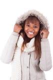 Vestiti d'uso di inverno della giovane donna afroamericana Immagine Stock