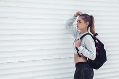 Vestiti d'uso di modo della ragazza sportiva di forma fisica fotografia stock libera da diritti
