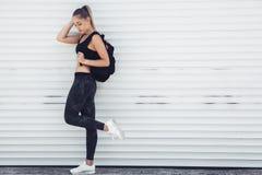 Vestiti d'uso di modo della ragazza sportiva di forma fisica immagini stock libere da diritti