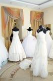 Vestiti da cerimonia nuziale in sala d'esposizione Fotografia Stock Libera da Diritti