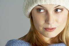 Vestiti da portare di inverno della giovane donna Immagini Stock