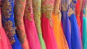 Vestiti da sposa colorati con il ricamo dell'oro Fotografia Stock