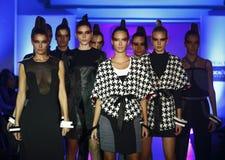 Vestiti da usura dei modelli di moda dalla raccolta di Marina Milovanovic Fotografie Stock