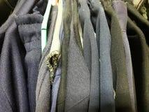 Vestiti da vendere la seconda mano Immagine Stock