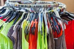 Vestiti dalla femmina di estate ad un deposito Colpo del primo piano Fotografia Stock