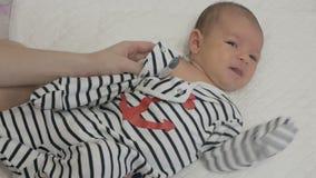 Vestiti dalla madre un neonato video d archivio