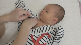 Vestiti dalla madre un neonato archivi video