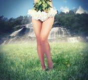 Vestiti dalla ragazza con i fiori Fotografie Stock