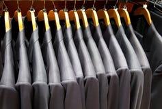 Vestiti degli uomini nella riga Immagini Stock Libere da Diritti