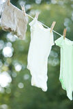 Vestiti dei bambini che si asciugano su un Clothesline Fotografia Stock Libera da Diritti