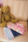 Vestiti dei bambini piegati Fotografie Stock