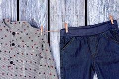 Vestiti dei ragazzi che si asciugano sulla corda Fotografie Stock Libere da Diritti
