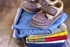 Vestiti del bambino immagine stock