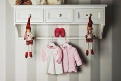 Vestiti del bambino, concetto di modo del bambino Abbigliamento ed accessori piani del ` s dei bambini di disposizione Fondo del  Fotografia Stock