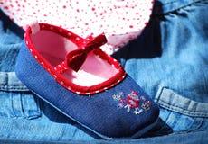 Vestiti del bambino del denim fotografia stock libera da diritti