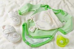 Vestiti del bambino per neonato Fotografia Stock Libera da Diritti