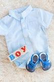 Vestiti del bambino per neonato Nei colori pastelli Immagini Stock