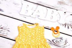 Vestiti del boutique della neonata, accessori Fotografia Stock Libera da Diritti