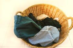 Vestiti del canestro di vimini sul pavimento Fotografie Stock Libere da Diritti
