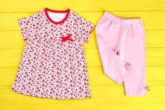 Vestiti del cotone di estate della neonata Fotografie Stock Libere da Diritti