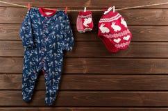 Vestiti del neonato & x28; sleepsuit, cappello tricottato e mittens& x29; attaccatura sopra Fotografie Stock