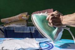 Vestiti del ` s dei bambini dell'uomo rivestiti di ferro Fotografie Stock Libere da Diritti