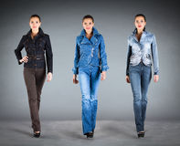 Vestiti dell'accumulazione dei jeans Fotografie Stock Libere da Diritti