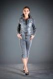 Vestiti dell'accumulazione dei jeans Fotografie Stock