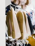 Vestiti dell'indumento in negozio immagini stock libere da diritti