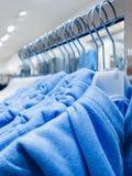 Vestiti dell'indumento in negozio fotografia stock libera da diritti