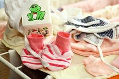 Vestiti della bambina su una cremagliera di secchezza Fotografia Stock