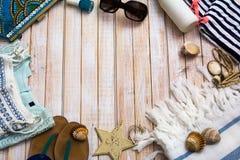 Vestiti della ragazza di modo di estate messi la raccolta per la spiaggia sopra corteggia Fotografia Stock Libera da Diritti